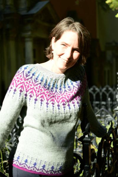 Andrea Karminrot im Gardengate Sweater